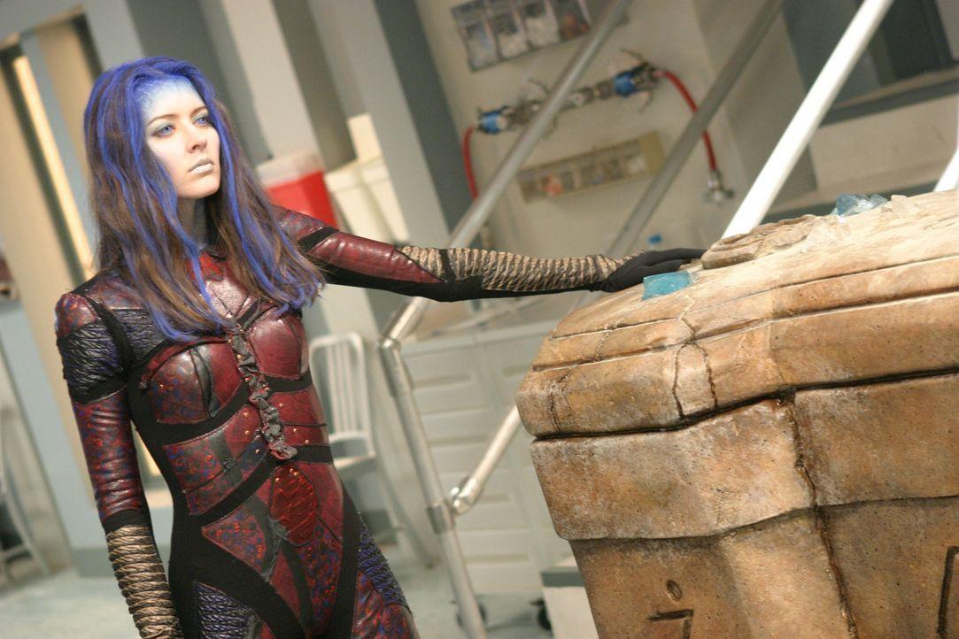 Illyria (Amy Acker) erwacht in Freds Körper, und registriert mit Ekel, dass die Menschen die Welt regieren ... - Bildquelle: The WB Television Network