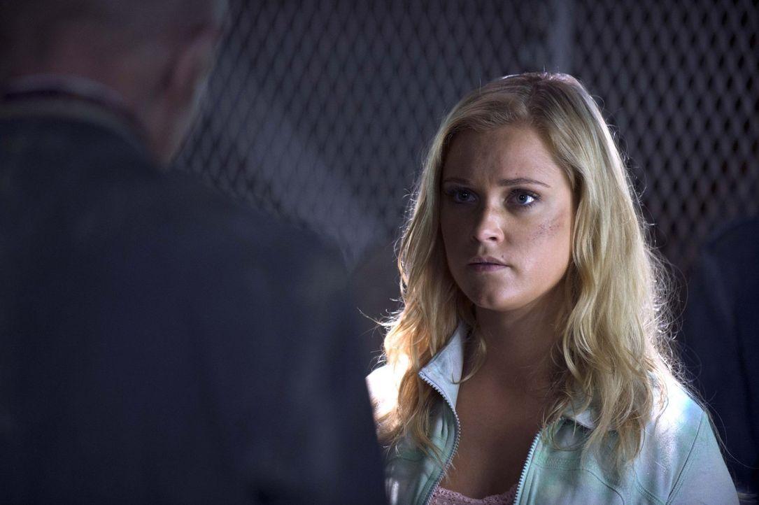 """Kann Clarke (Eliza Taylor) den Menschen in der """"Mount Weather""""-Station wirklich trauen? - Bildquelle: 2014 Warner Brothers"""