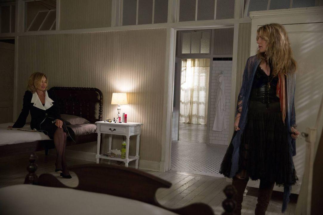 Da Fiona (Jessica Lange, l.) Misty (Lily Rabe, r.) nicht umbringen kann, muss sie sich einen neuen Weg suchen, um länger an der Macht bleiben zu kön... - Bildquelle: 2013-2014 Fox and its related entities. All rights reserved.