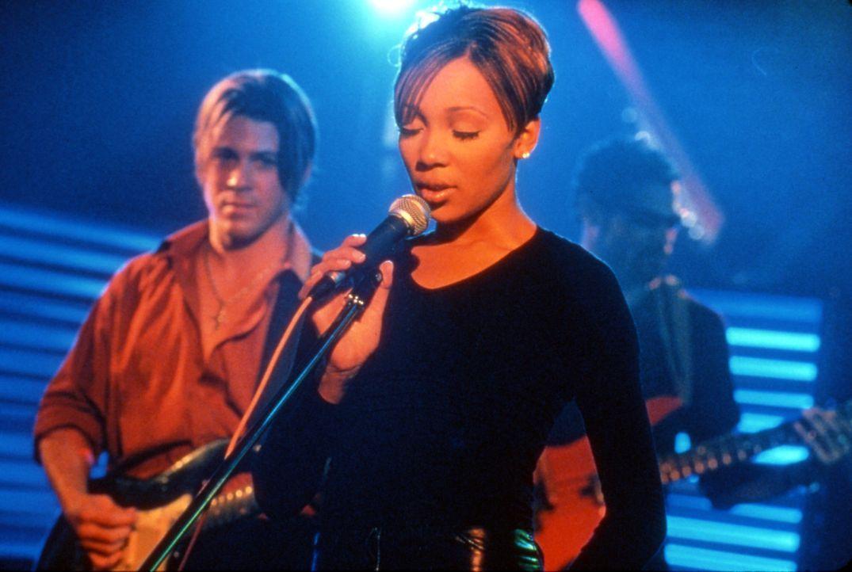 Zum Entsetzen von Camilles (Monica Arnold, l.) Eltern beginnt die junge Frau, in Billys (Christian Kane, r.) Band zu singen - und die Zukunftsvorste... - Bildquelle: TM &   2003 Paramount Pictures Corporation