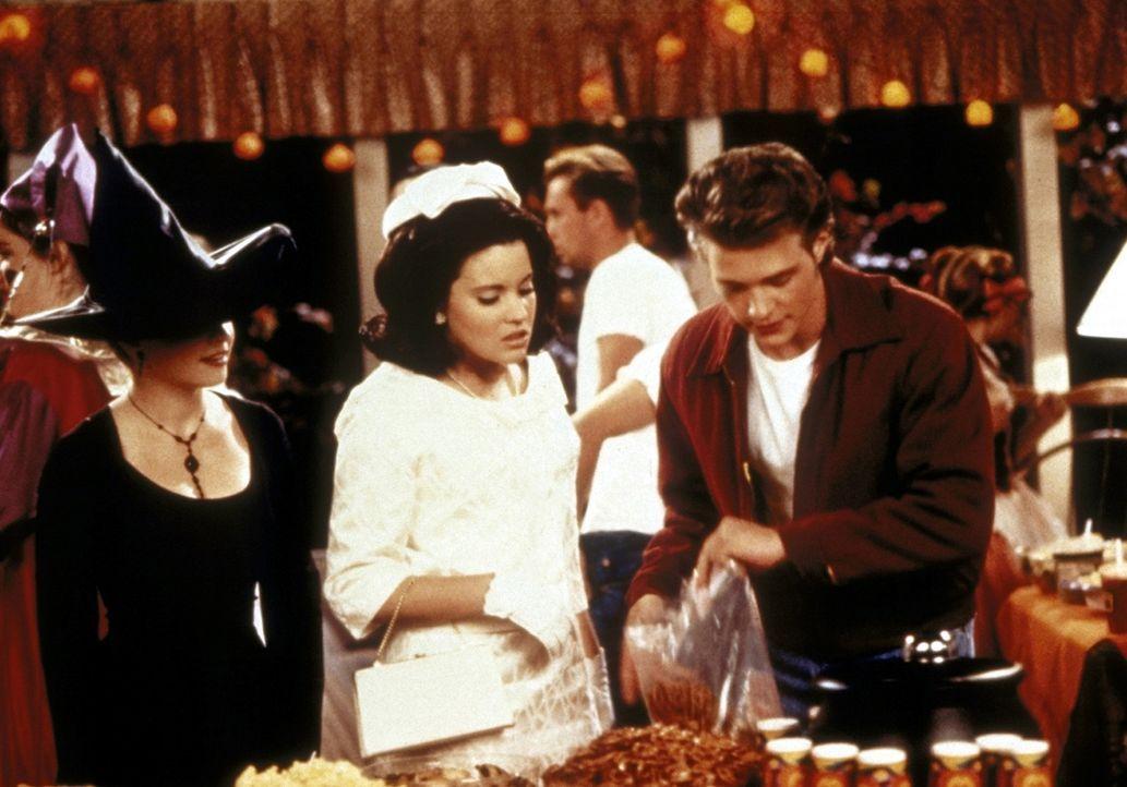 Sabrinas (Melissa Joan Hart, l.) Kopie hat den Auftrag, nicht von Libbys (Jenna Leigh Green) Seite zu weichen, um zu verhindern, dass diese Harvey (... - Bildquelle: Paramount