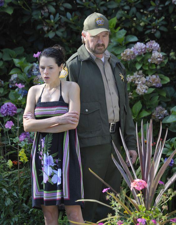 Abby (Elaine Cassidy, l.) hat einen Verdacht, wer hinter dem Tod von Kelly stecken könnte. Doch wird ihr Vater (Jim Beaver, r.) ihr glauben? - Bildquelle: 2009 CBS Studios Inc. All Rights Reserved.