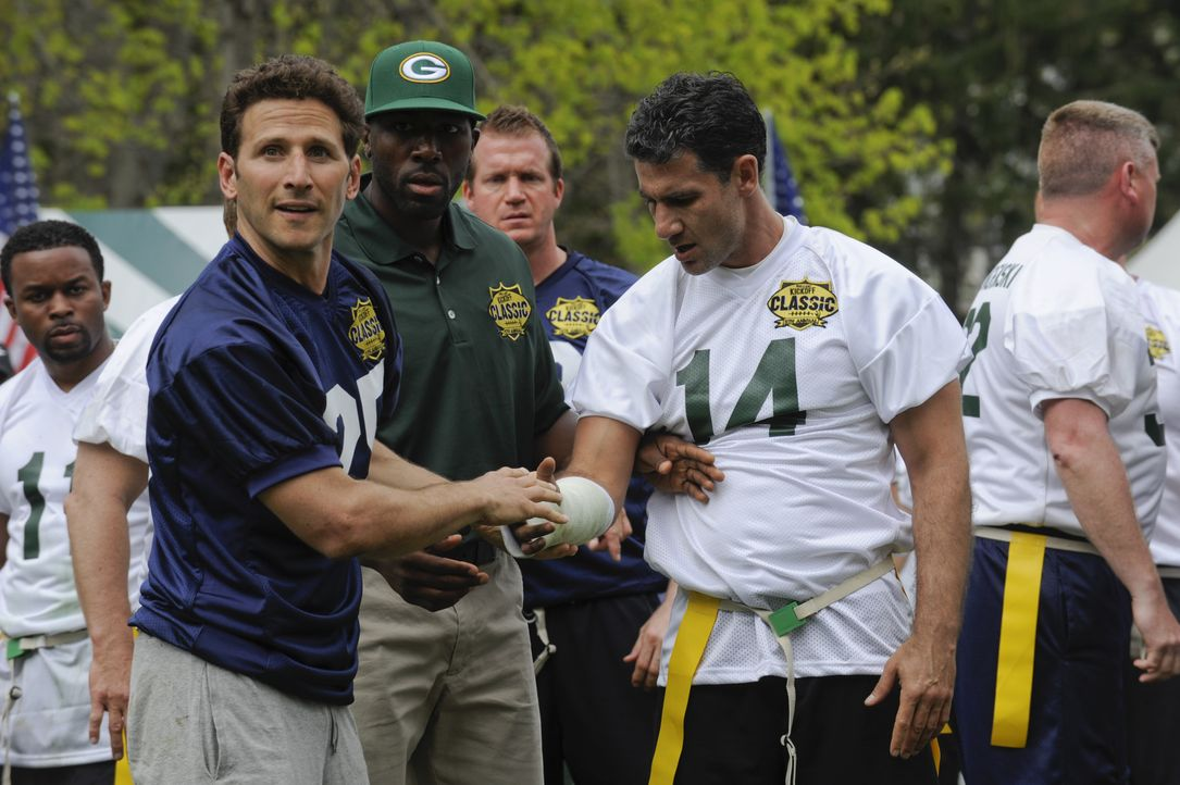 Ein Wohltätigkeitsfootballspiel entwickelt sich für Hank (Mark Feuerstein, l.), den Profi Greg Jennings (Greg Jennings, M.) und Ken Killer (Michael... - Bildquelle: Barbara Nitke 2011 Open 4 Business Productions, LLC. All Rights Reserved. / Barbara Nitke