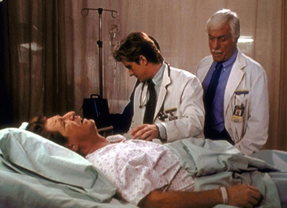 """Mark (Dick Van Dyke, r.) und Jessie (Charlie Schlatter, M.) versuchen, dem """"sterbenden"""" Garth Zand ein Geständnis zu entlocken ... - Bildquelle: Viacom"""