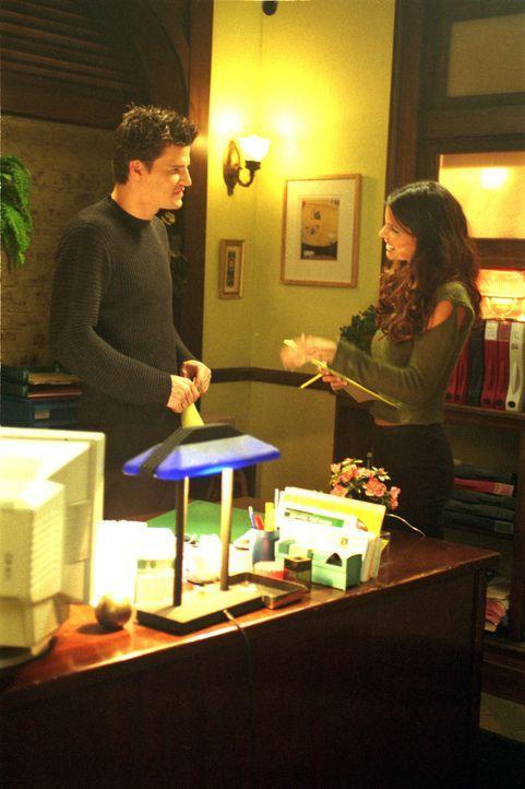 Cordelia Chase (Charisma Carpenter, r.) und Angel (David Boreanaz, l.) ahnen nicht, dass Gefahr in Verzug ist ... - Bildquelle: 1999 Twentieth Century Fox Film Corporation. All rights reserved.