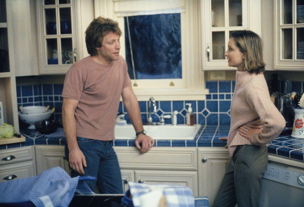 Als Victor (Jon Bon Jovi, l.) ihre Erziehungsmethoden kritisiert, möchte Ally (Calista Flockhart, r.) ihn am liebsten kündigen ... - Bildquelle: 2002 Twentieth Century Fox Film Corporation. All rights reserved.