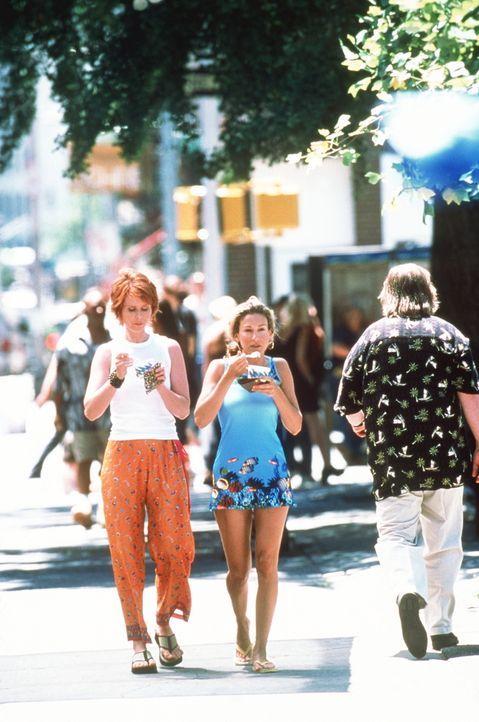 Mit einem Eisbecher in der Hand, schlendern Carrie (Sarah Jessica Parker, M.) und Miranda (Cynthia Nixon, l.) unbefangen durch die Straßen von Manh... - Bildquelle: Paramount Pictures