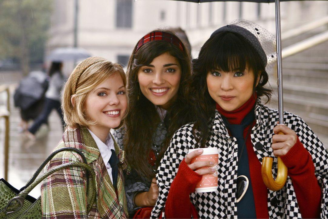 Penelope (Amanda Setton, M.), Harper (Dreama Walker, l.) und Kati (Nan Zhang, r.) sind fasziniert von dem neuesten Gerücht, das derzeit die Runde m... - Bildquelle: Warner Brothers