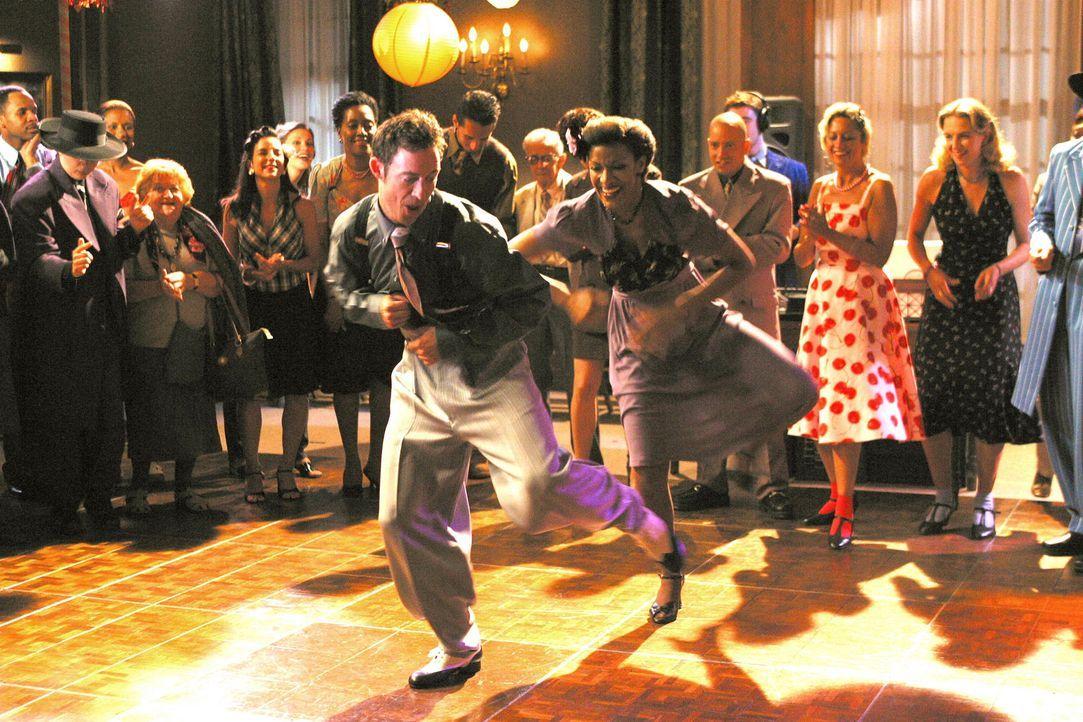 Ed (Tom Cavanagh, l.) tritt an Stelle von Eli im Jitterburg-Tanzen an ... - Bildquelle: Paramount