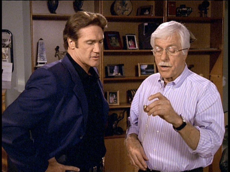 Mark (Dick Van Dyke, r.) und Steve (Barry Van Dyke, l.) haben etwas gefunden, das ihnen einen Hinweis auf den Mörder geben könnte. - Bildquelle: Viacom