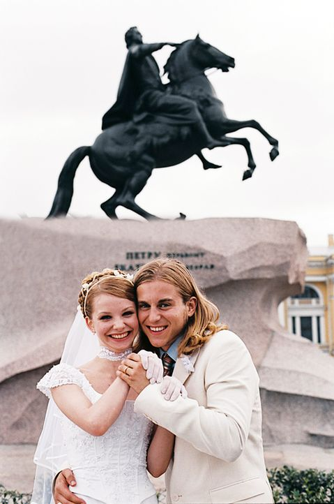 Ende gut, alles gut: William (Kevin Bishop, r.) und Natacha (Evguenya Obraztsova, l.) ... - Bildquelle: Tobis Film