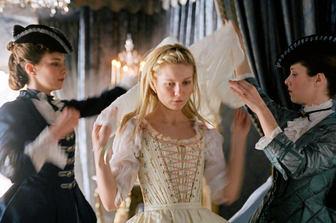 Bei der Übergabezeremonie wird Marie-Antoinette (Kirsten Dunst, M.) jedes persönliche Eigentum - einschließlich der Kleidung - abgenommen ... - Bildquelle: 2006 I Want Candy, LLC. All Rights Reserved.