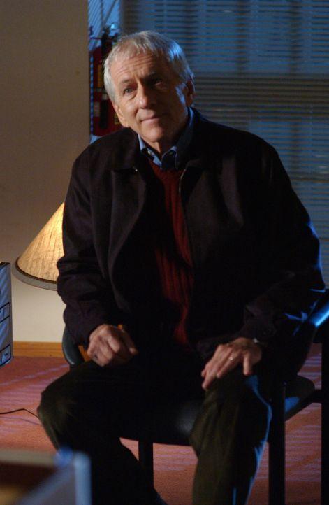 Max (Barry Newman), ein Ex-Uniprofessor von Sandy, bittet ihn um einen Gefallen ... - Bildquelle: Warner Bros. Television