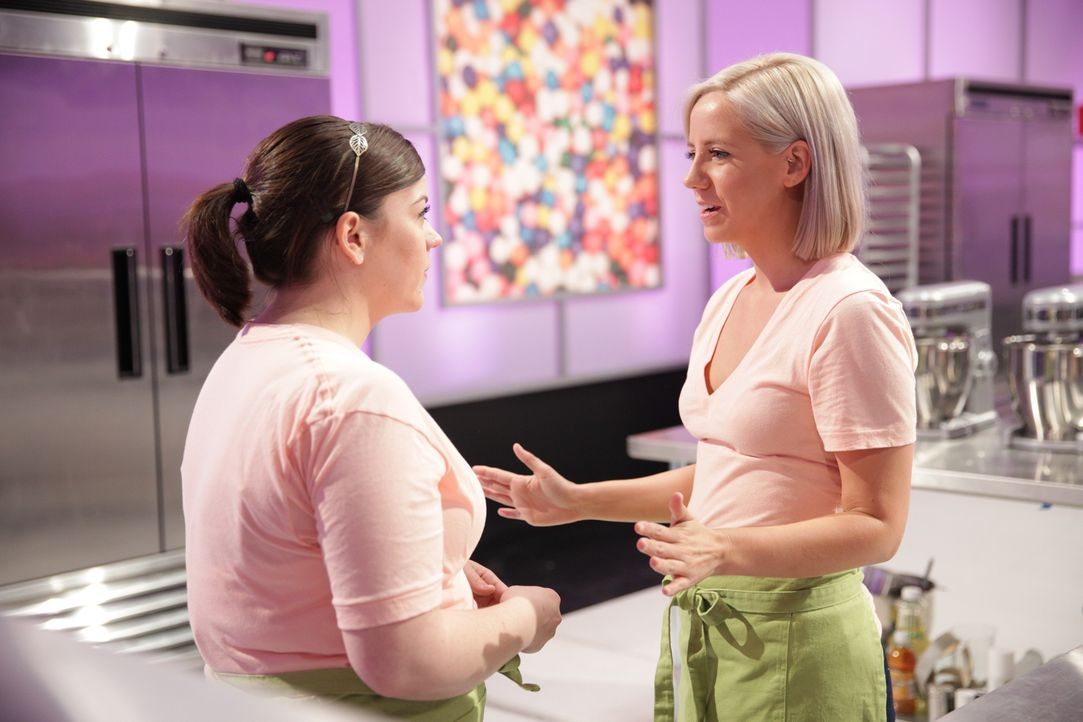 """Finden Lauren Lee (l.) und ihre Assistentin Kat Keeling (r.) wirklich die passende Idee für ihren """"LEGO"""" Kuchen? - Bildquelle: 2015, Television Food Network, G.P. All Rights Reserved"""