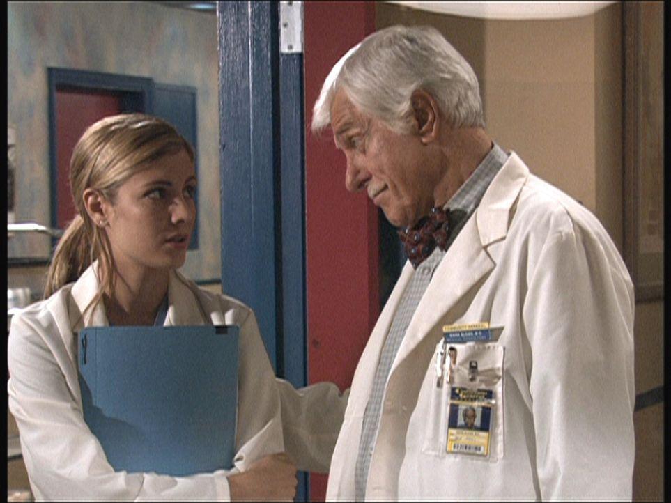 Alex (Shane Van Dyke, l.), eine Medizinstudentin im Praktikum, wird von Dr. Mark Sloan (Dick Van Dyke, r.) getröstet. - Bildquelle: Viacom