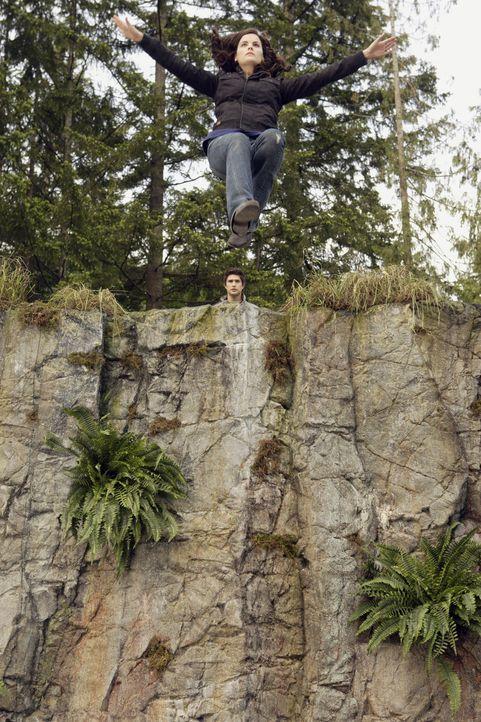 Völlig verzweifelt sieht Jessi (Jaimie Alexander) nur mehr einen Ausweg: Das Mädchen springt von der hohen Klippe in den Abgrund ... - Bildquelle: TOUCHSTONE TELEVISION