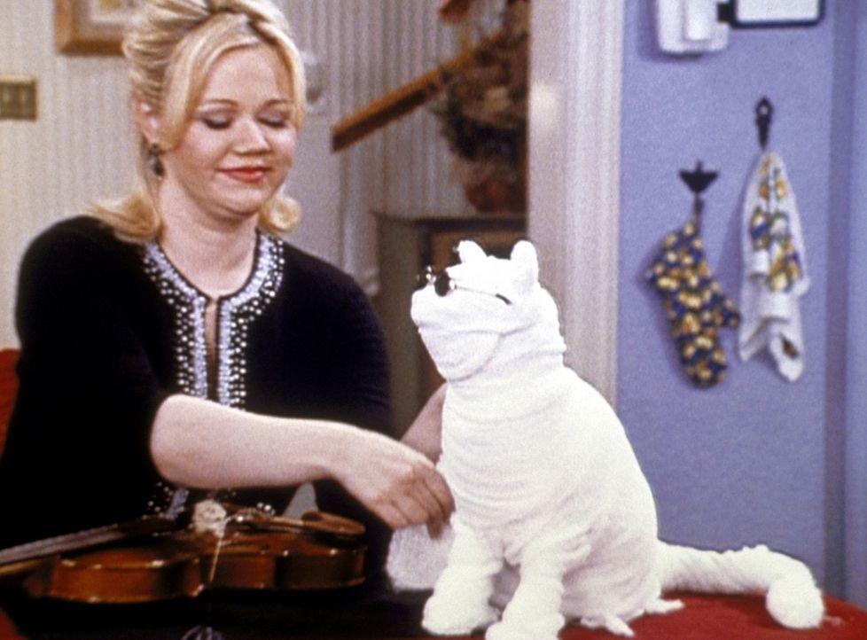 Hilda (Caroline Rhea) bandagiert den unsichtbar gewordenen Salem ein. - Bildquelle: Paramount Pictures