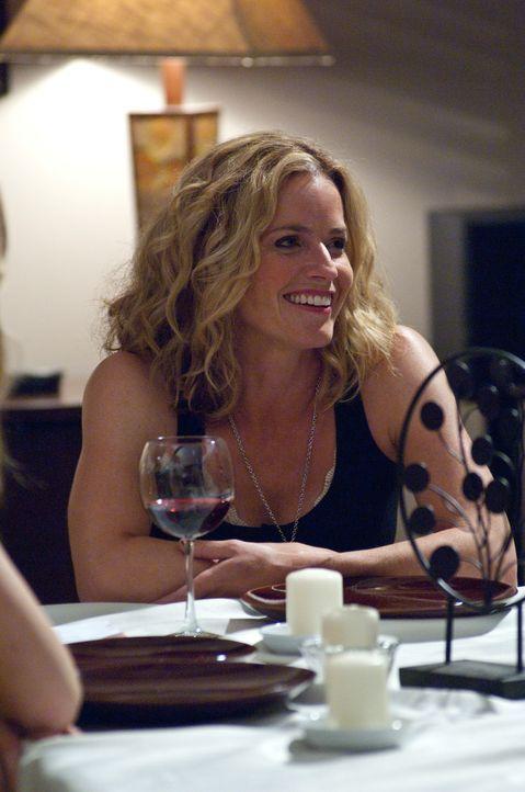 Gute Miene zum bösen Spiel: Sarah (Elisabeth Shue) lädet Ryan zu sich nach Hause ein - nur um ihn wieder hinauszuwerfen... - Bildquelle: 2011 HATES, LLC.  All Rights Reserved.