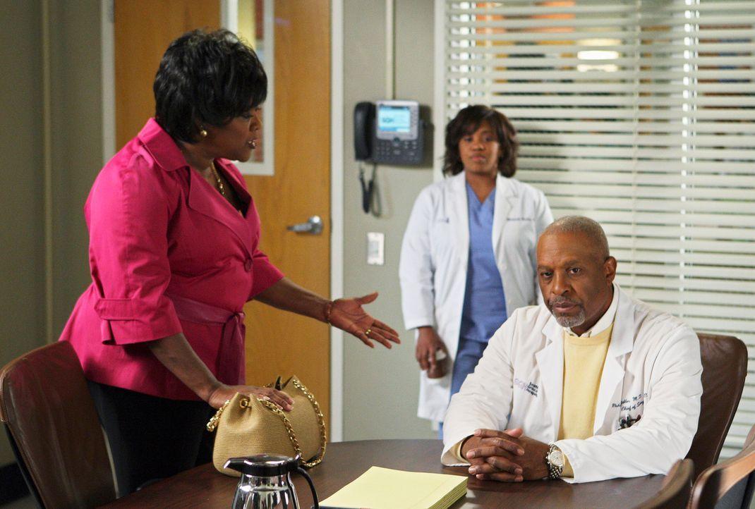 Adele (Loretta Devine, l.) versucht den Streit zwischen Dr. Webber (James Pickens, Jr., r.) und Miranda (Chandra Wilson, M.) zu schlichten. Doch wir... - Bildquelle: Touchstone Television