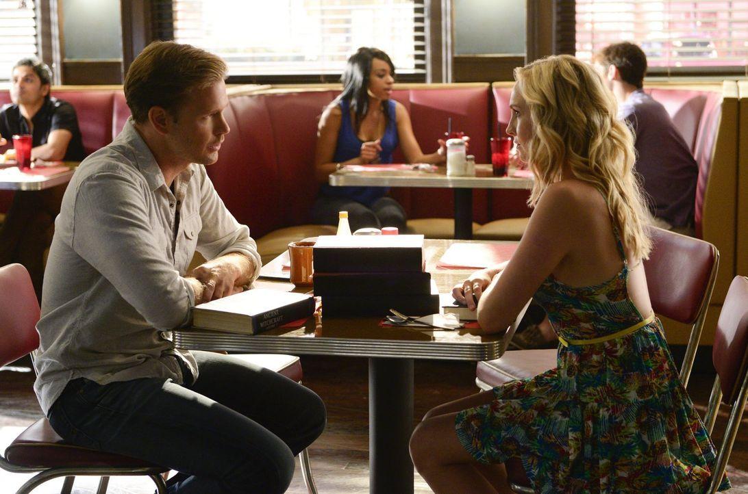 Noch ahnen weder Alaric (Matt Davis, l.) noch Caroline (Candice Accola, r.), was wirklich mit Elena los ist ... - Bildquelle: Warner Bros. Entertainment, Inc