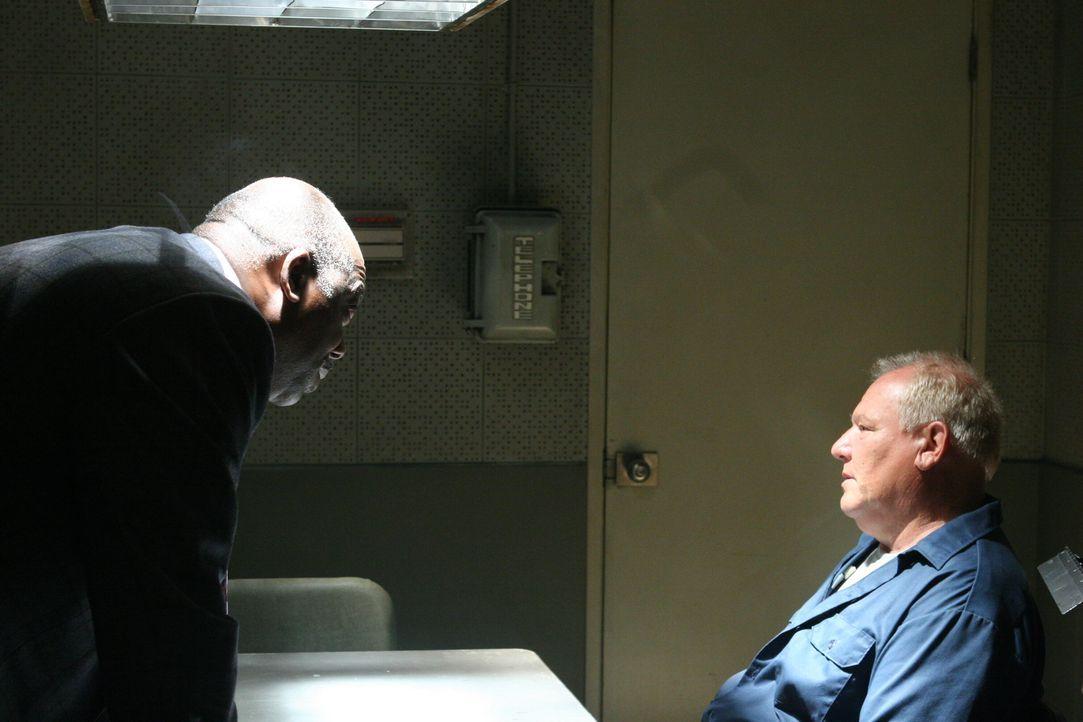 Weiß Troy (Ron Dean, r.) mehr über den Mord aus dem Jahre 1945, als er zugibt? Det. Will Jeffries (Thom Barry, l.) geht der Sache auf den Grund ... - Bildquelle: Warner Bros. Television