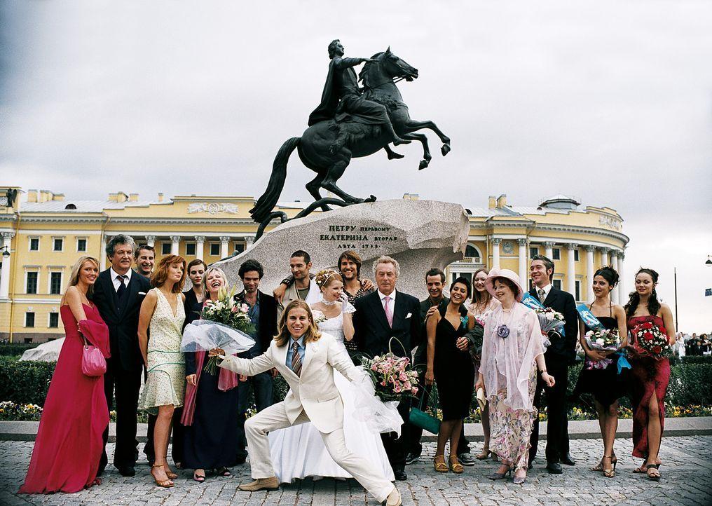Die Hochzeit von William (Kevin Bishop, vorne M.) und der Russin Natacha (Evguenya Obraztsova, hinten M.) bringt alle ehemaligen WG-Mitbewohner in S... - Bildquelle: Tobis Film