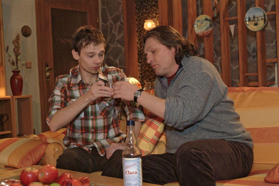 Darauf erst mal einen Schnaps: Jürgen (Oliver Bokern, l.) und Bernd (Volker Herold, r.) stoßen auf die Verlobung an. - Bildquelle: Sat.1