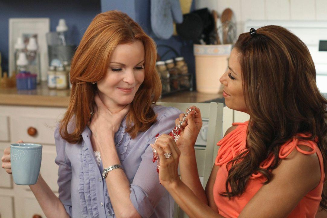 Während Bree (Mracia Cross, l.) ihr Leben neu ordnen muss, verschweigen sich Gabrielle (Eva Longoria, r.) und Carlos schreckliche Geheimnisse vorein... - Bildquelle: ABC Studios