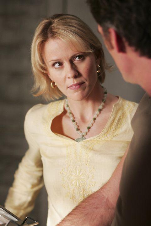 Psychologin Nicole Trager (Marguerite MacIntyre, l.) entschließt sich, den geheimnisvollen Jungen eine Zeitlang bei sich zuhause aufzunehmen. Davon... - Bildquelle: TOUCHSTONE TELEVISION