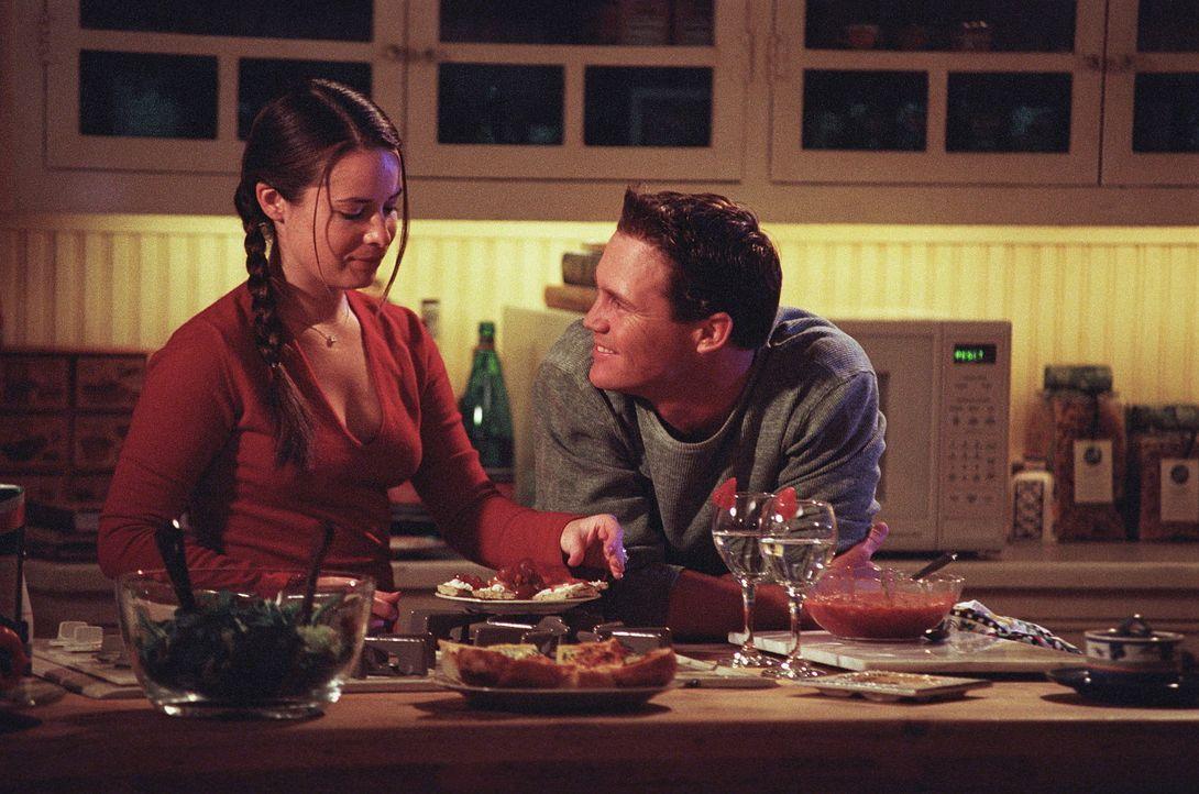 Sichtlich genießen Piper (Holly Marie Combs, l.) und Leo (Brian Krause, r.) es, zusammen ihr gemeinsames Abendessen in der Küche vorzubereiten. - Bildquelle: Paramount Pictures
