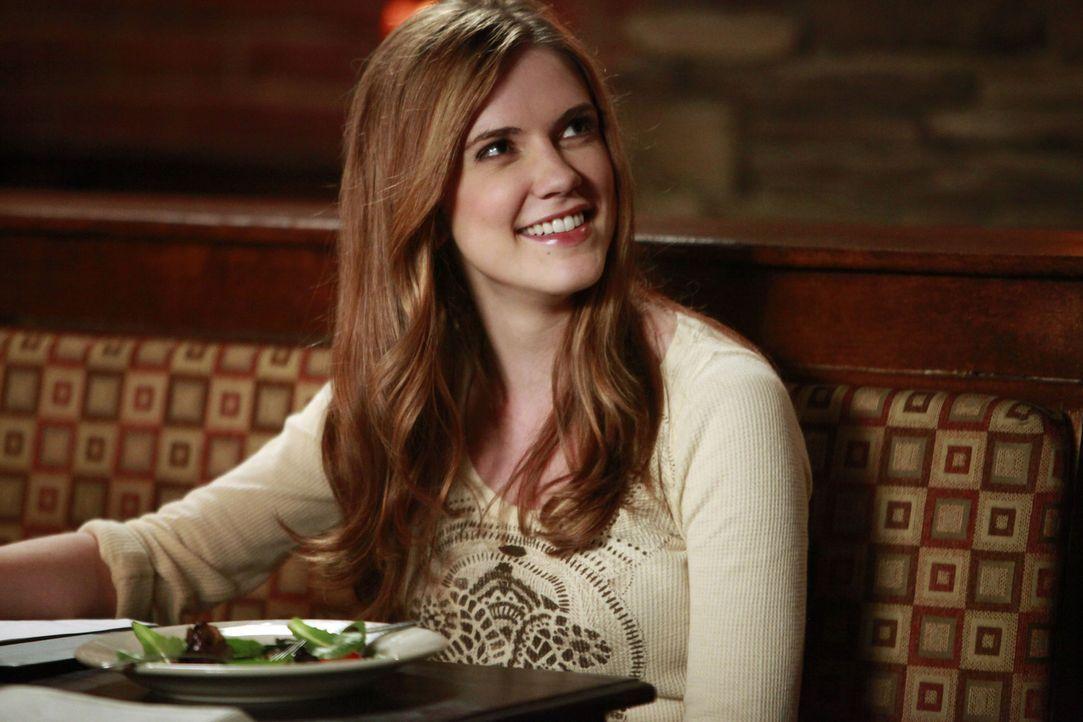 Als Jenna Sommers (Sara Canning) den Geschichtslehrer von Jeremy kennenlernt, ist sie sofort begeistert. - Bildquelle: Warner Brothers