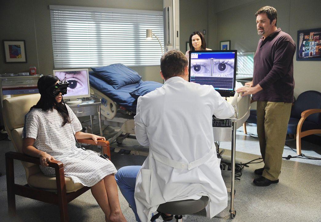 Alex (Justin Chambers, 2.v.l.) führt bei Hayley (Demi Lovato, l.) weitere Test durch, um herauszufinden, ob sie wirklich an Schizophrenie leidet. Ha... - Bildquelle: Touchstone Television
