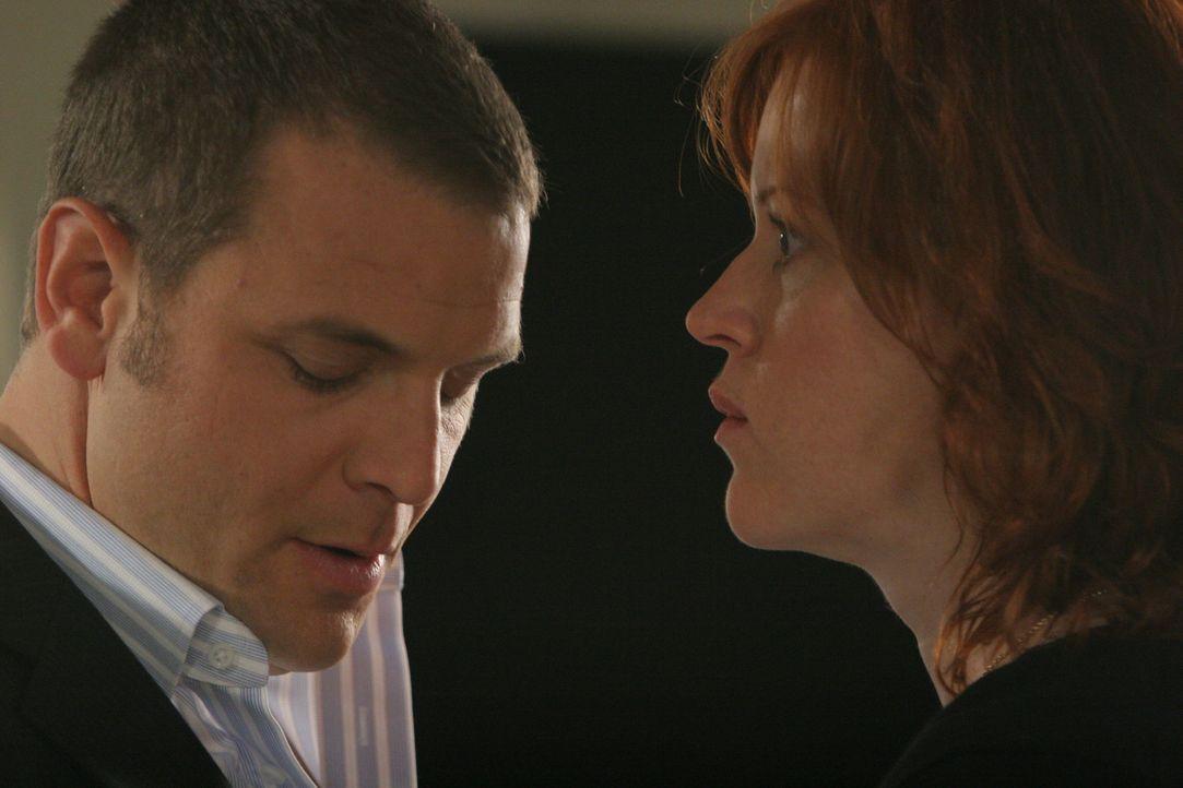 Kathleen Walsh (Molly Ringwald, r.), eine blinde Frau, sagt bei Lee Scanlon (David Cubitt, l.) aus, dass sie in ihrer Wohnung von einem Mann belästi... - Bildquelle: Paramount Network Television