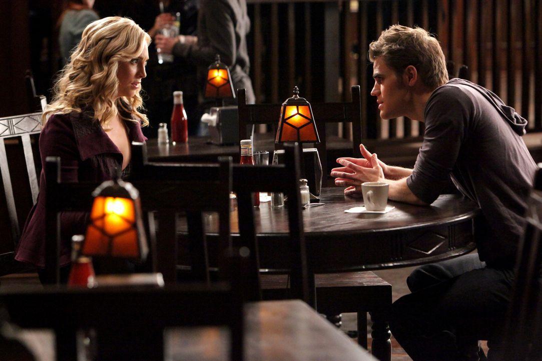 Gesteht Stefan (Paul Wesley, r.), dass sie Tyler von ihrer Existenz als Vampir erzählt hat: Caroline (Candice Accola, l.) ... - Bildquelle: Warner Brothers