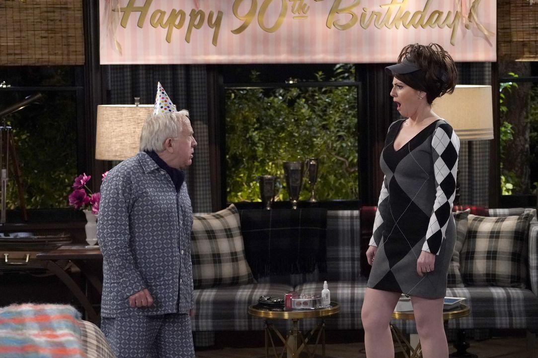 Beverley (Leslie Jordan, l.) offenbart Karen (Megan Mullally, r.) ein Geheimnis ... - Bildquelle: Chris Haston 2017 NBCUniversal Media, LLC / Chris Haston