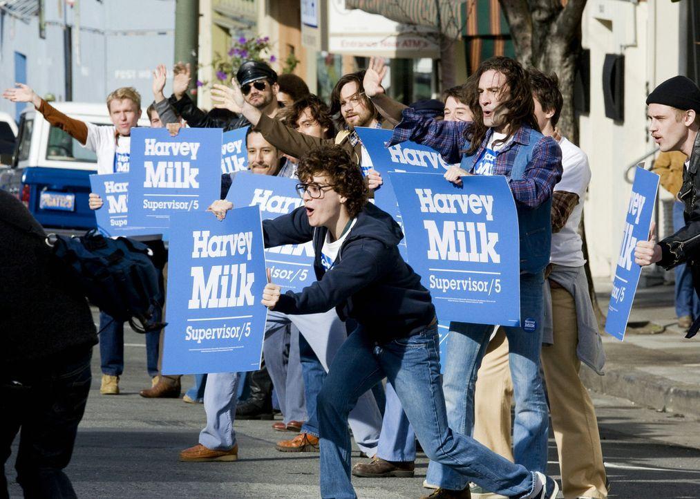 Mit Leib und Seele unterstützt Cleve Jones (Emile Hirsch, M.) die Wahlkampagne von Harvey Milk ...