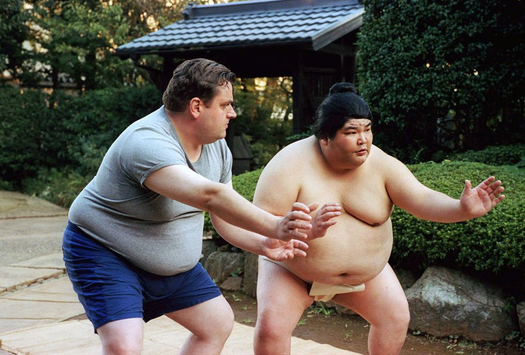 Mit seinem Freund Wajima (Noboru Asada, r.) trainiert Uli (Christoph Hagen Dittmann, l.) hart die Lebens- und Kampfesphilosophie des Sumo und findet... - Bildquelle: Marco Nagel Sat.1