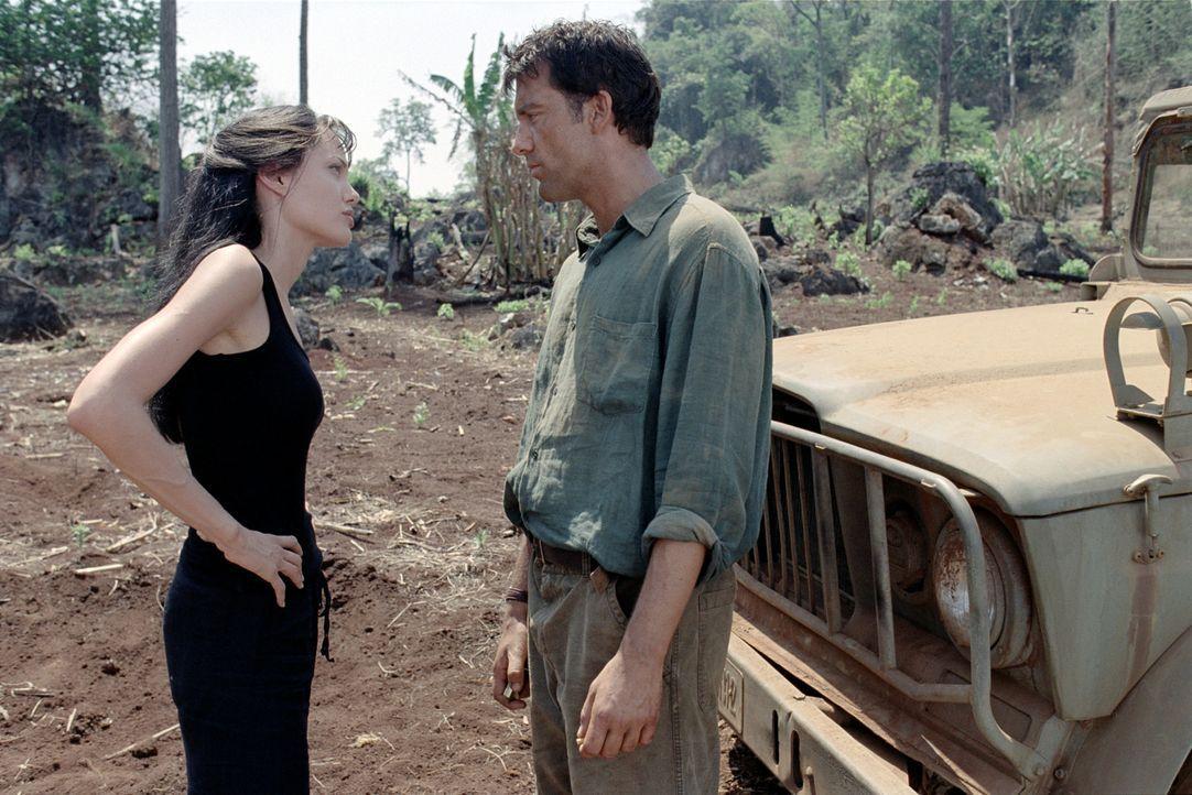 Die UN-Mitarbeiterin Sarah Jordan (Angelina Jolie, l.) findet in der Linderung der Armut ihre Bestimmung und den Mann fürs Leben (Clive Owen, r.) ... - Bildquelle: Paramount Pictures