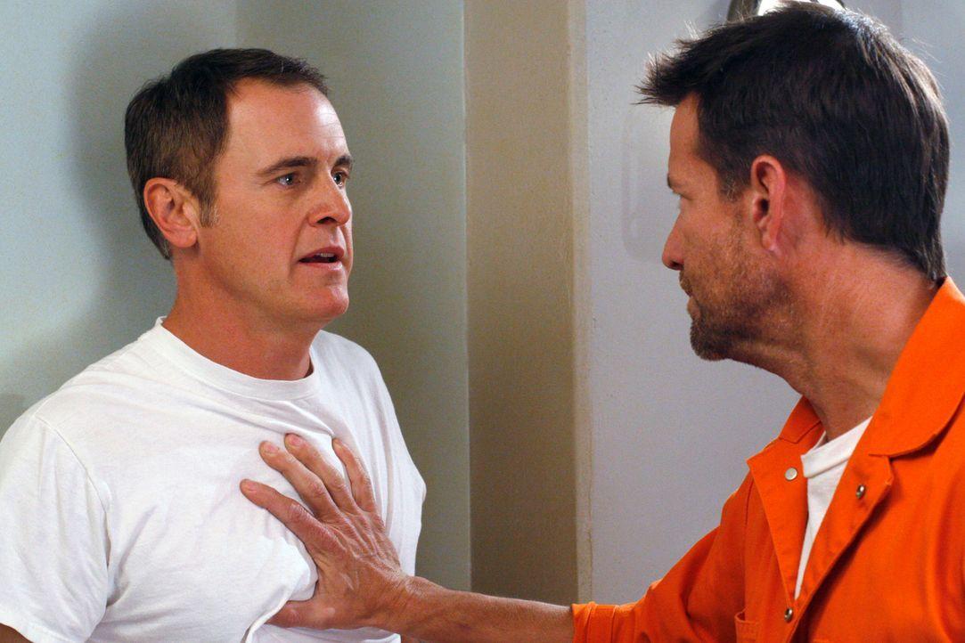 Mike (James Denton, r.) stellt Paul (Mark Moses, l.) wegen des bezahlten Übergriffs auf ihn zur Rede ... - Bildquelle: 2005 Touchstone Television  All Rights Reserved