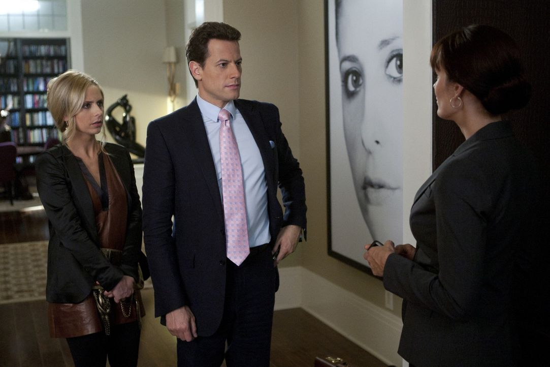 Detective Elizabeth Saldana (Emily Swallow, r.) hat ein paar Fragen an Bridget (Sarah Michelle Gellar, l.) und Andrew (Ioan Gruffudd, M.) in Bezug a... - Bildquelle: 2011 THE CW NETWORK, LLC. ALL RIGHTS RESERVED