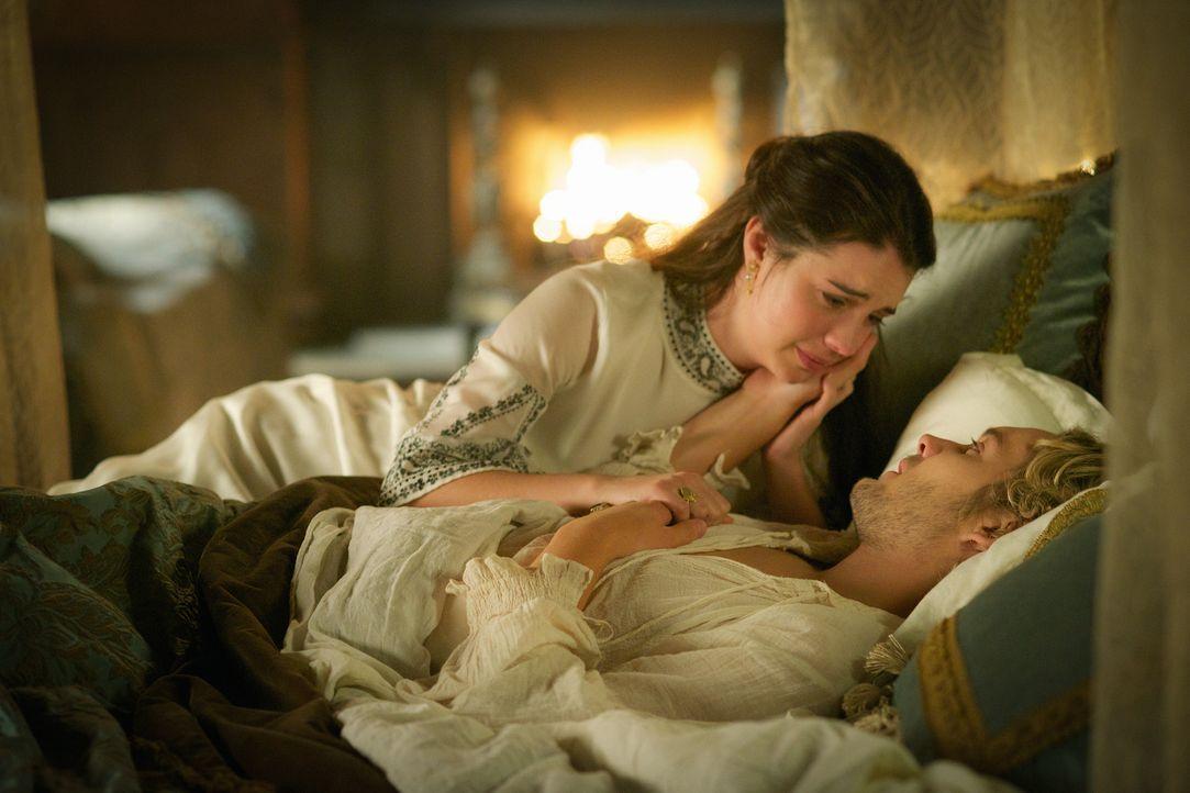 Nachdem Mary (Adelaide Kane, oben) ein Nachricht von ihrer Mutter über die Lage in Schottland erhält, sucht sie Hilfe bei Francis (Toby Regbo, unten... - Bildquelle: Sven Frenzel 2015 The CW Network, LLC. All rights reserved.