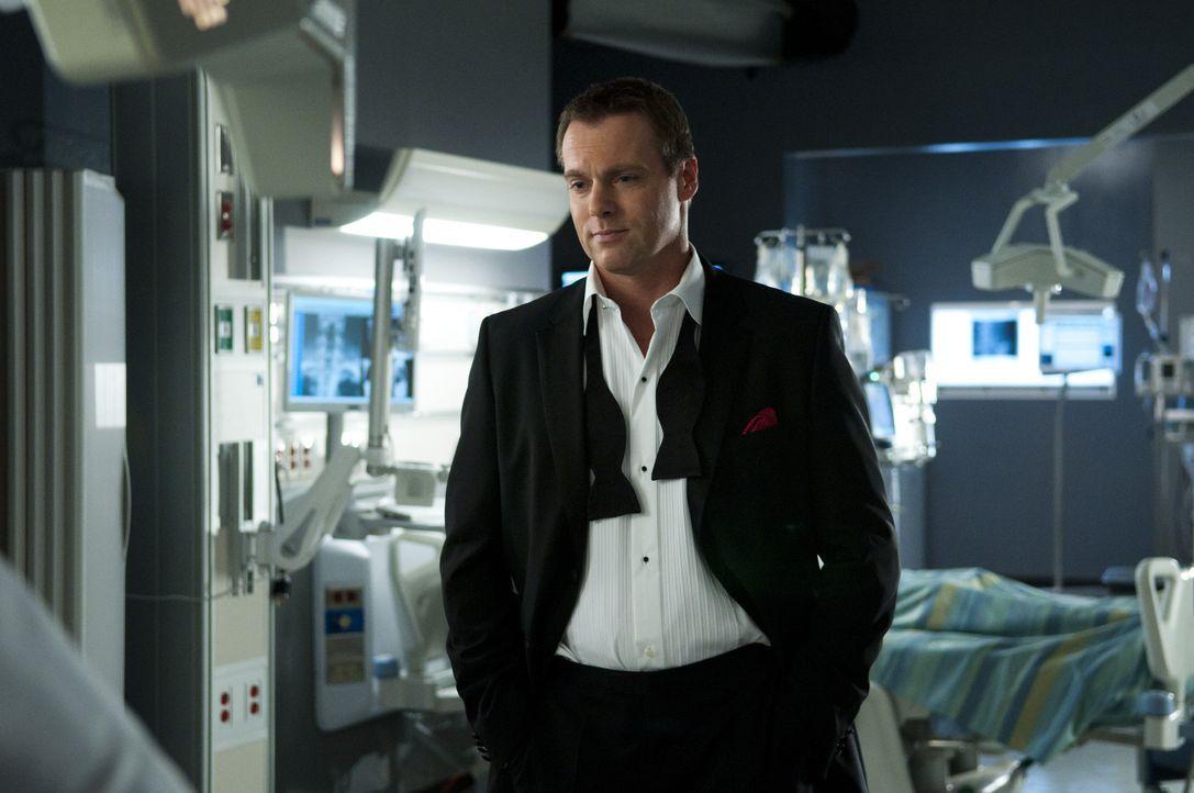 Der Geist von Dr. Charlie Harris (Michael Shanks) beobachtet seine Kollegen bei der Arbeit ... - Bildquelle: 2012  Hope Zee One Inc.
