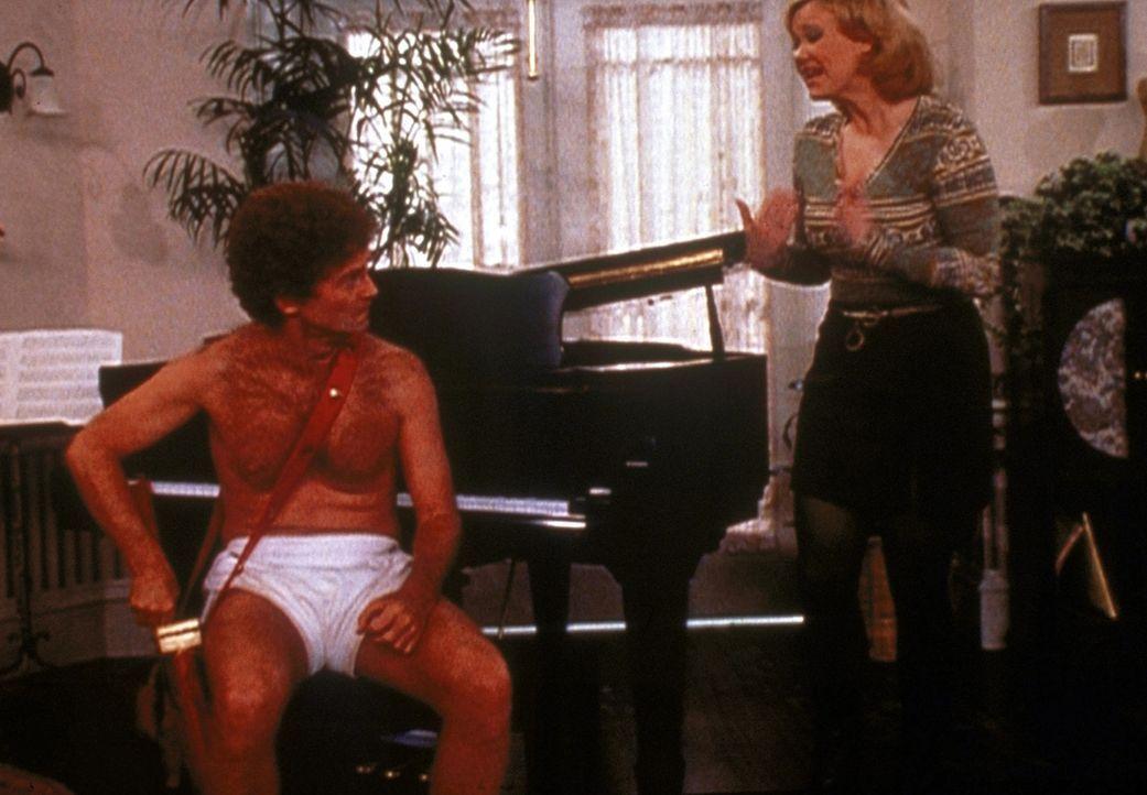 Hilda (Caroline Rhea, r.) versucht mit Amors (Patrick O'Brien, l.) Hilfe, Mr. Krafts Zuneigung umzulenken. - Bildquelle: Paramount Pictures