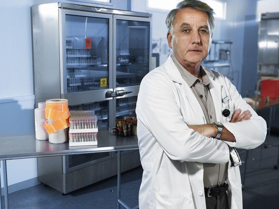 Sucht den Patienten Null, der als einziger, das Virus stoppen kann: Dr. Sokorsky (Bob Gunton) ... - Bildquelle: 2006 RHI Entertainment Distribution, LLC