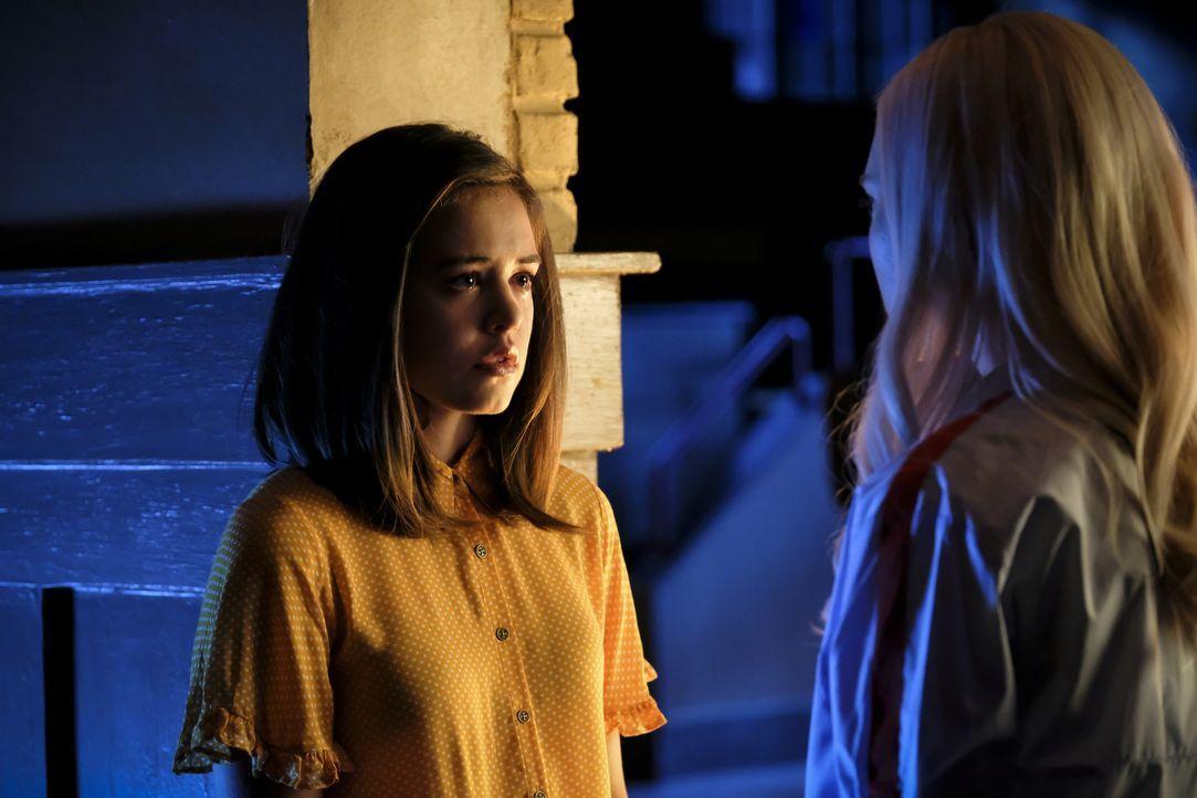 Josie Saltzman (Kaylee Bryant, l.); Lizzie Saltzman (Jenny Boyd, r.) - Bildquelle: Eliza Morse 2020 Warner Bros Entertainment Inc. All rights reserved. / Eliza Morse