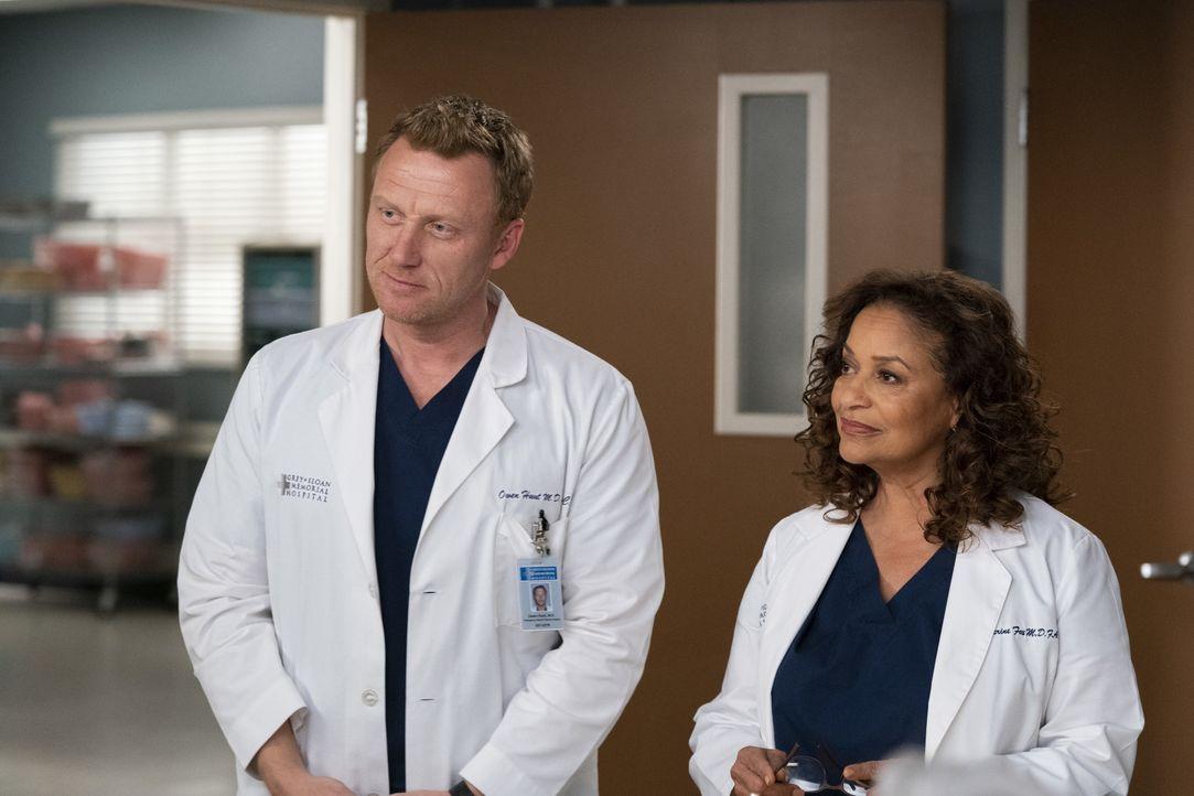 Dr. Owen Hunt (Kevin McKidd, l.); Dr. Catherine Avery (Debbie Allen, r.) - Bildquelle: Mitch Haaseth ABC Studios / Mitch Haaseth