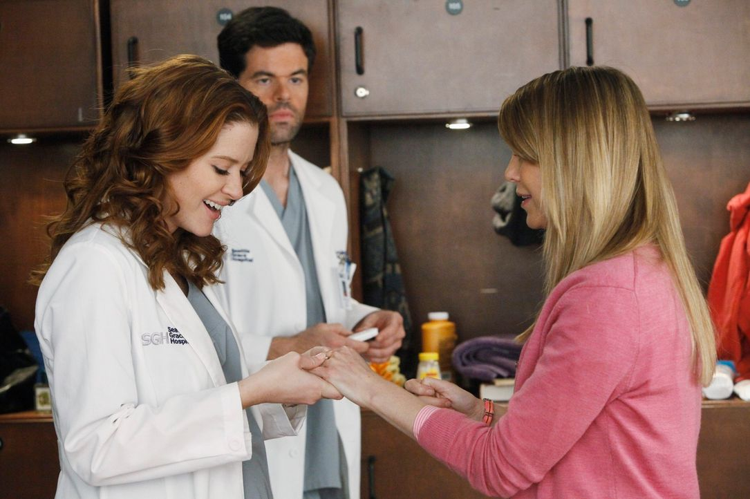 Voller Stolz präsentiert Meredith (Ellen Pompeo, r.) April (Sarah Drew, l.) und Charles (Robert baker, M.) den Verlobungsring, den Alex ihr geschenk... - Bildquelle: ABC Studios