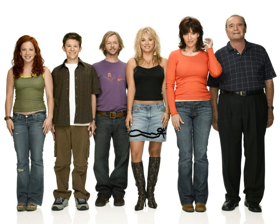(3. Staffel) - Eine fast normale Familie: Bridget (Kaley Cuoco, 3.v.r.), Kerry (Amy Davidson, l.), Cate (Katey Sagal, 2.v.r.), Rory (Martin Spanjers... - Bildquelle: ABC, Inc.