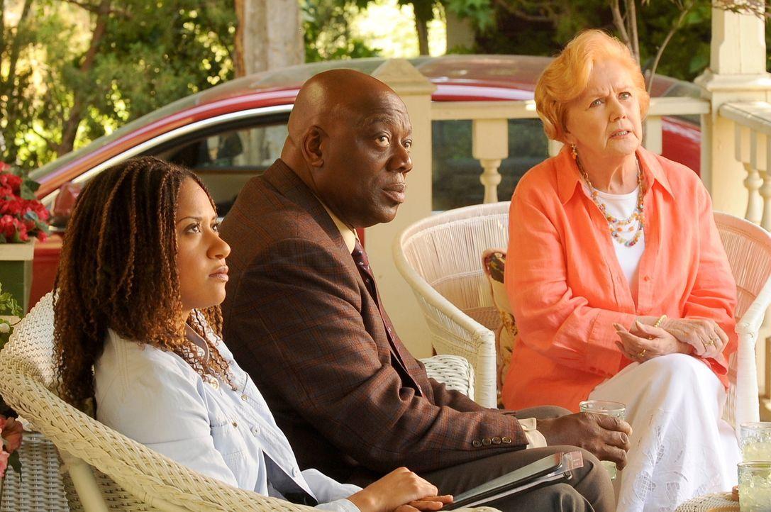 Kat Miller (Tracie Thoms, l.) und Will Jeffries (Thom Barry, r.) befragen Kitty (Kathleen Nolan, r.) ... - Bildquelle: Warner Bros. Television