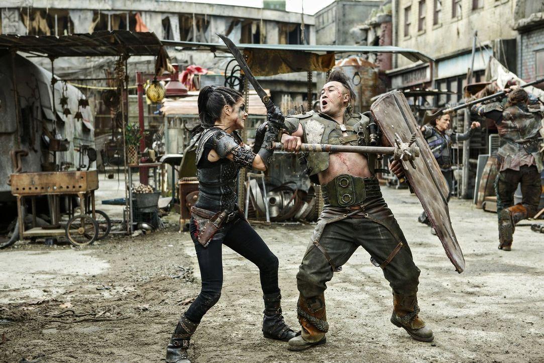 Im Kampf ums Überleben spielen nicht alle nach den Regeln, das muss auch Octavia (Marie Avgeropoulos, l.) schmerzlich erkennen, als ganz Polis zur K... - Bildquelle: 2016 Warner Brothers